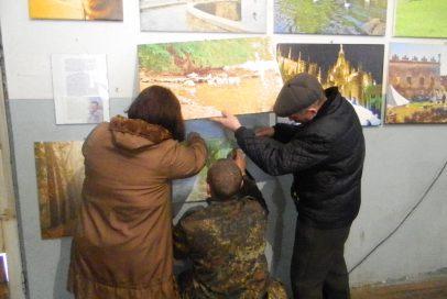 """""""Бахмут Український"""" презентував репродукції картин батька бійця та фото, які вже стали історією"""