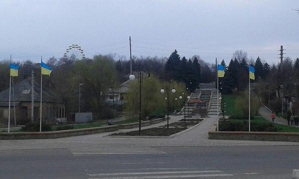 Актівисти повернули прапори на флагштоці у парку.