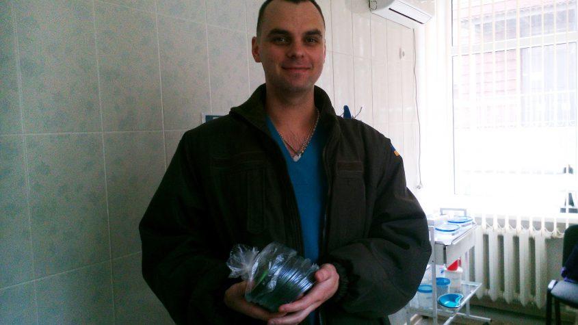 Волонтери передали до лікарні диски для запису результатів КТ.