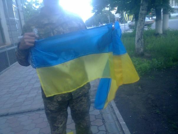 Волонтери передали прапори бійцям