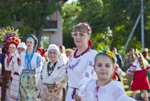 Обличчя українського Бахмута: портрети у вишиванках
