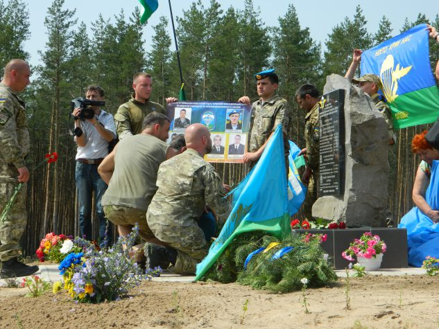 Під Ямполем відкрили пам'ятник героям та освістали мера (фото, відео)