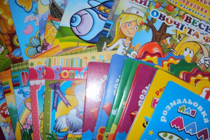 Для дітей з того боку лінії зіткнення передали українські книжки