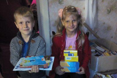 """Діти-переселенці отримали взуття і іграшки від """"Надійного тилу"""""""