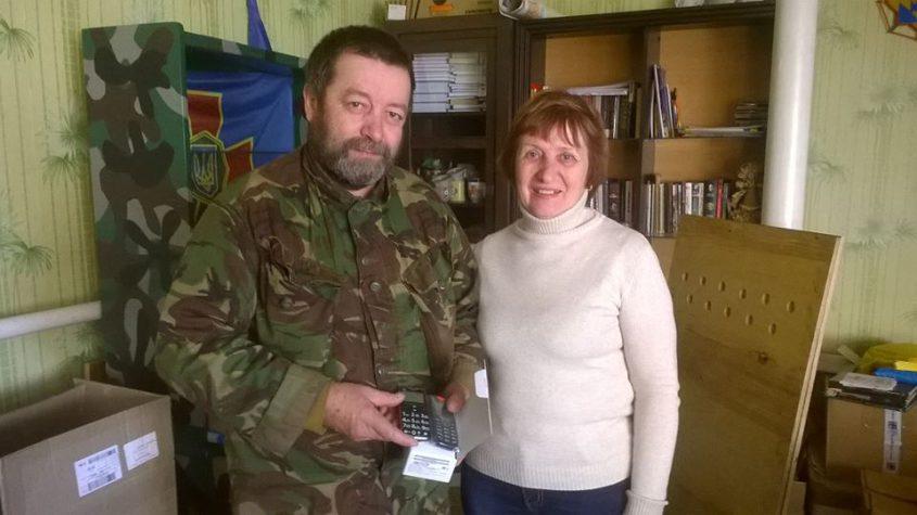 Волонтери «Бахмута Українського» передали мобільні телефони для бійців ВСУ.