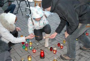На головній площі Бахмута запалили скорботні свічки (ФОТО)