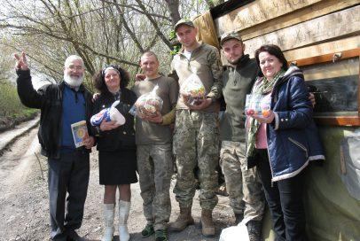 """Волонтери """"Бахмуту Українського"""" продовжують вітати воїнів та активістів з Великоднем"""