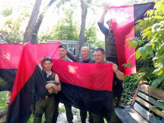 """Волонтери ГО """"Бахмут Український"""" передали на фронт повстанські прапори"""