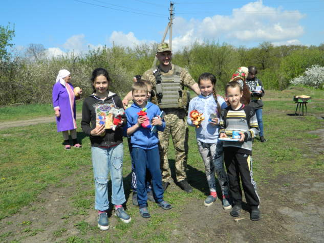 """Волонтери """"Бахмута Українського"""" передали подарунки дітям з обстріляних Пісок"""