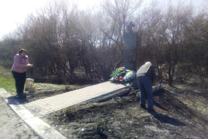 """Волонтери """"Бахмута Українського"""" прибрали біля пам'ятника нацгвардійцям"""