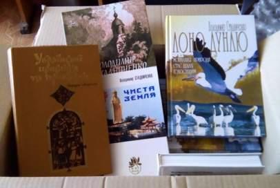 Надійшли просвітницькі книги, які поїдуть в прифронтові села та до військових