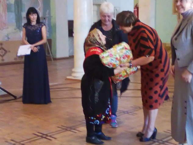 """""""Бахмут Український"""" привітав літніх людей в прифронтовій зоні"""