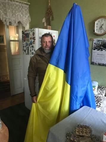 """Прапор від майстрині """"Бахмута Українського"""" майорить над териконом"""