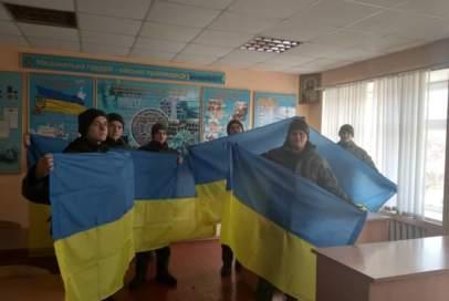 """Прапори від """"Бахмута Українського"""" передали під Маріуполь"""